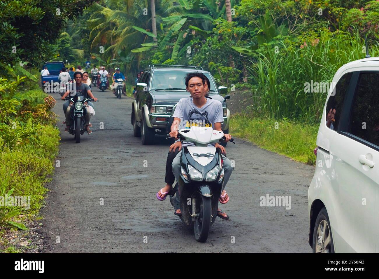 Dichten Verkehr, typisch für Javas jetzt verstopfte Straßen in der Nähe der Südküste Stadt Pangandaran, West-Java, Java, Indonesien Resort Stockbild