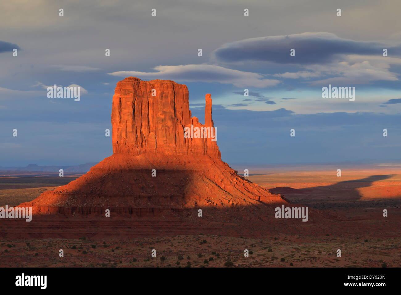 Einer der die Handschuhe in der Abenddämmerung wirft einen langen Schatten, Monument Valley Navajo Tribal Park, Utah und Arizona Grenze, USA Stockbild