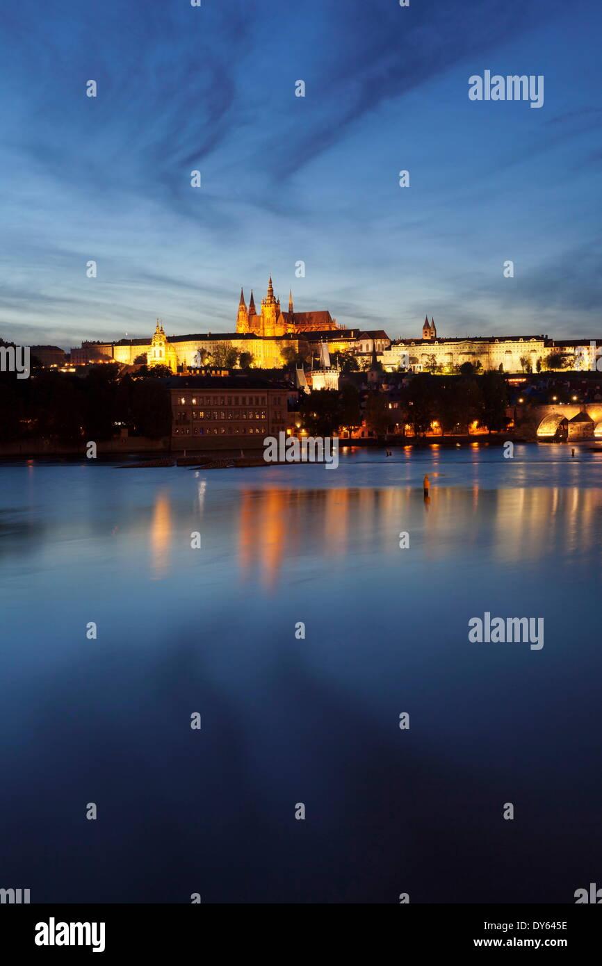 Blick auf Moldau zur Karlsbrücke und das Burgviertel, der UNESCO, Prag, Böhmen, Tschechische Republik Stockfoto