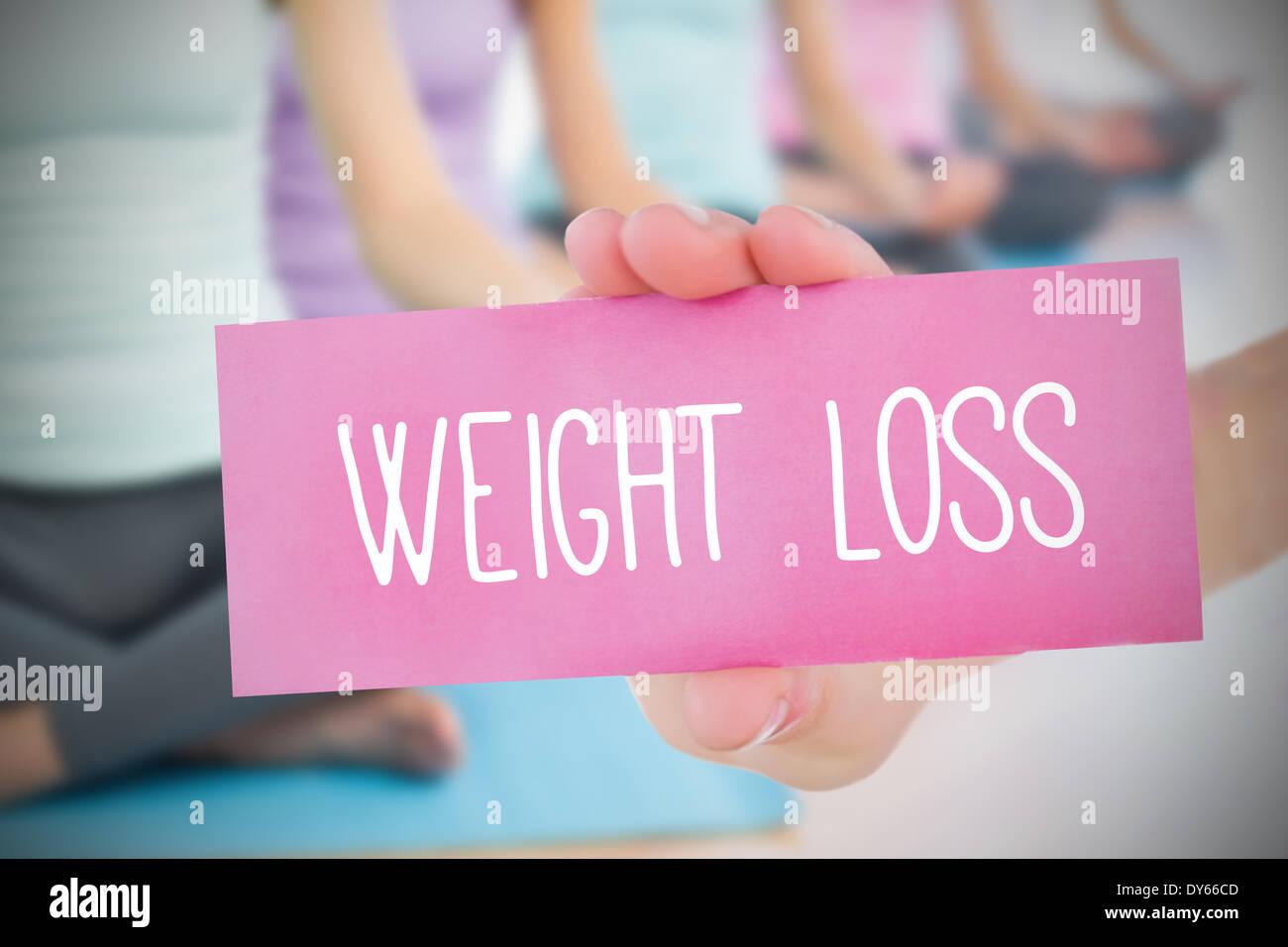 Frau mit rosa Karte sagen Gewichtsverlust Stockbild