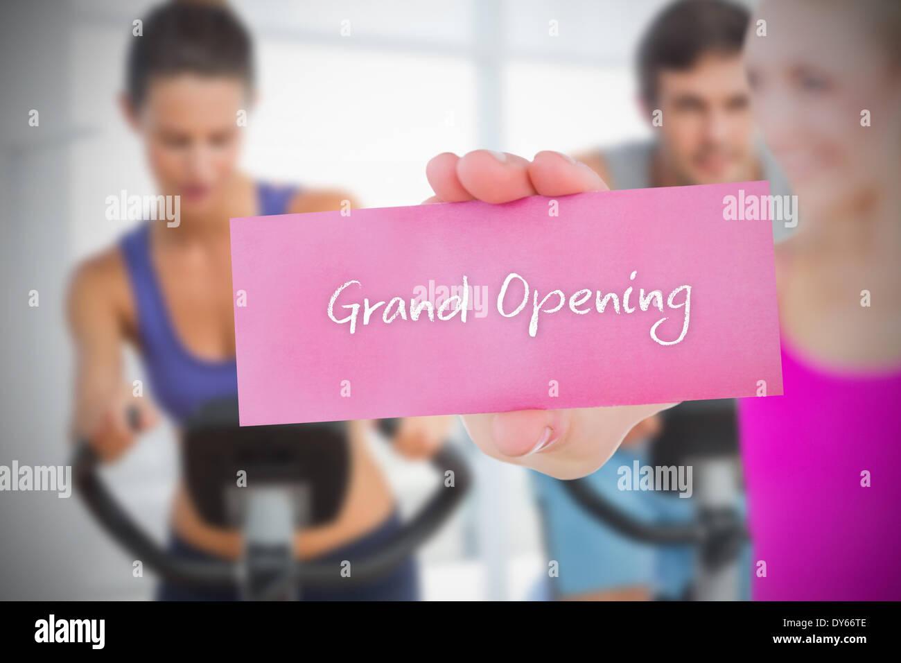 Fit Blondine hält Karte Spruch Eröffnung Stockbild