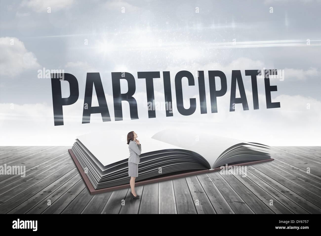 Teilnahme gegen offenes Buch gegen Himmel Stockbild