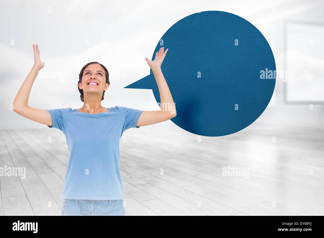 Zusammengesetztes Bild der hübsche Brünette gestikulieren mit Sprechblase Stockbild