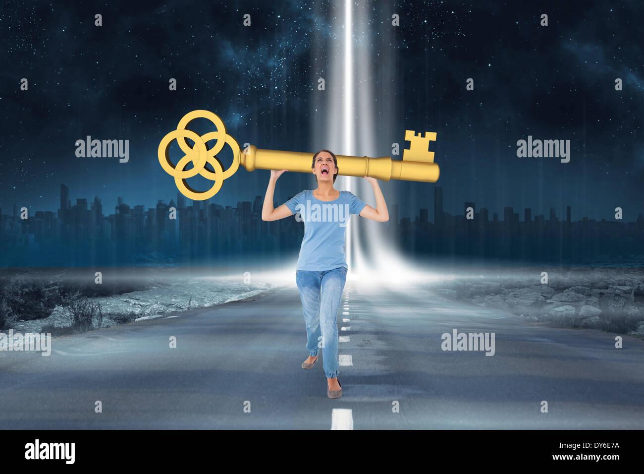 Zusammengesetztes Bild genervt Brünette mit großen Schlüssel Stockbild