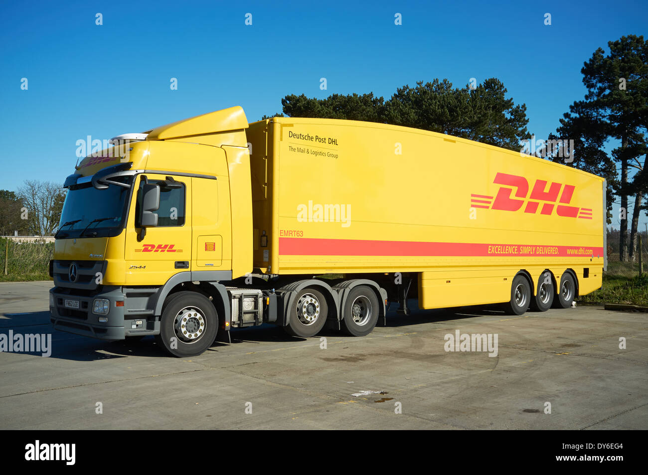 deutsche post dhl lkw stockfoto bild 68369956 alamy. Black Bedroom Furniture Sets. Home Design Ideas