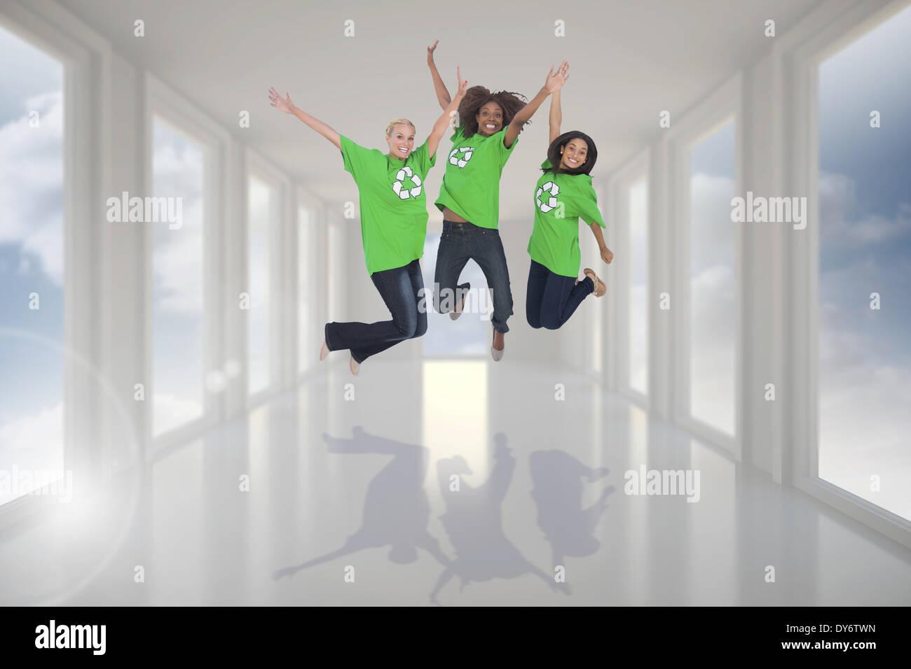 Zusammengesetztes Bild von Umwelt-Aktivisten springen und lächelnd Stockbild