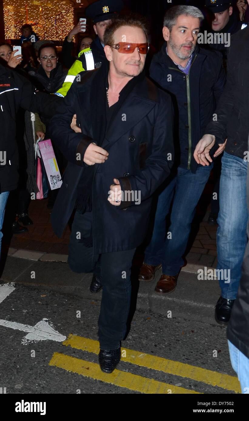 """Prominente lassen das Cliff Townhouse um die jährliche Heiligabend """"Busking für Simon 2012"""" Gratis-Konzert auf Grafton Street mit beizutreten: Bono wo: Dublin Irland wenn: 24. Dezember 2012 Stockbild"""
