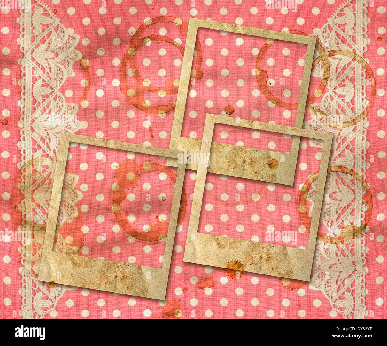 drei alte Bilderrahmen über schmutzig rosa weiß gepunkteten ...