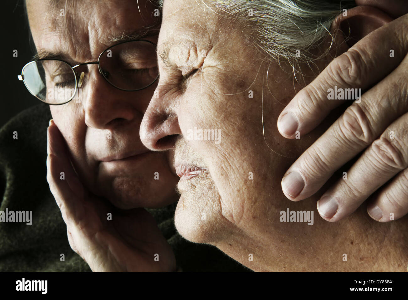 Porträt von älteres Paar mit enge Augen, Nahaufnahme Stockbild