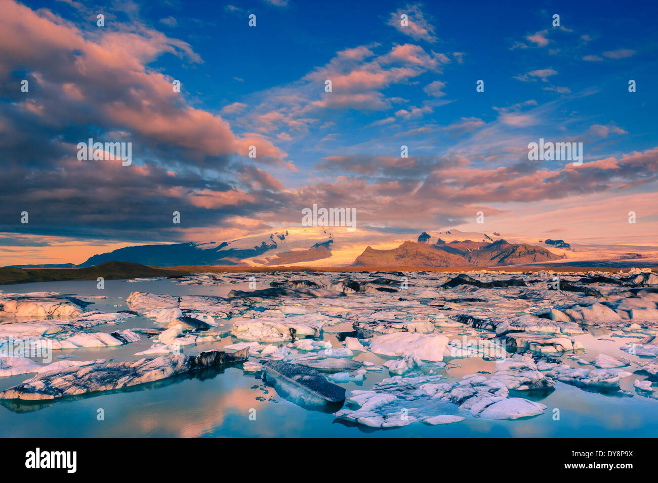Sonnenaufgang am Jökulsárlón Gletschersee, Südküste, Island Stockbild