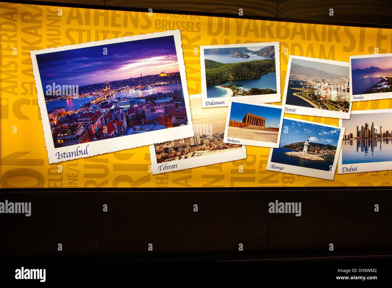 Elektronische Anzeige der Urlaub Ziel Bilder am Flughafen Stansted, Essex, England Stockbild