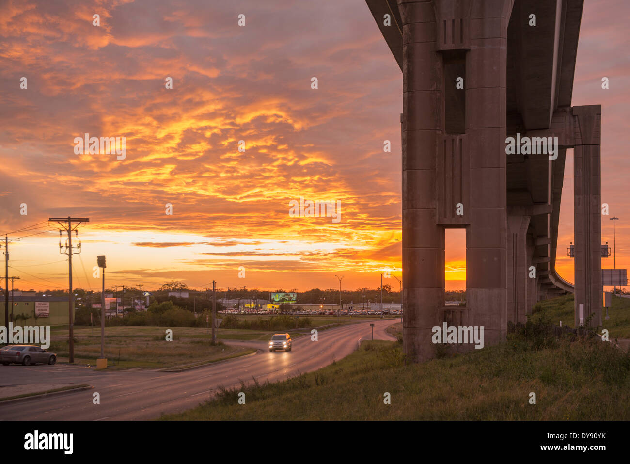 USA, USA, Amerika, Austin, Texas, Brücke, Unterführung, Autobahn, Straße, Stadt, Verkehr, Auto, Dämmerung Stockbild