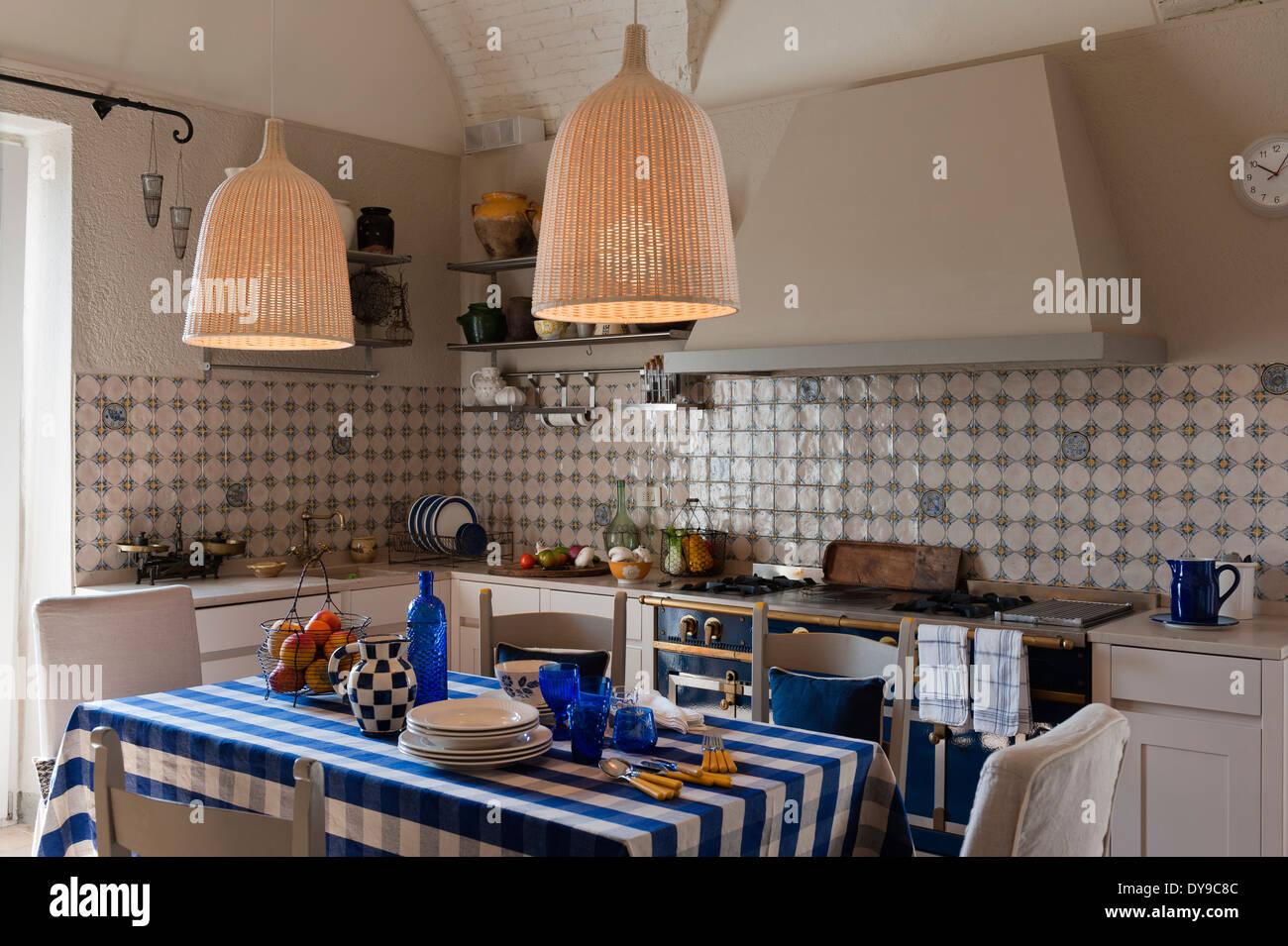 Rustikale landhausk che mit dekorativen fliesen la cornue k chenherd aufgegebenes blaue - Fliesen landhauskuche ...
