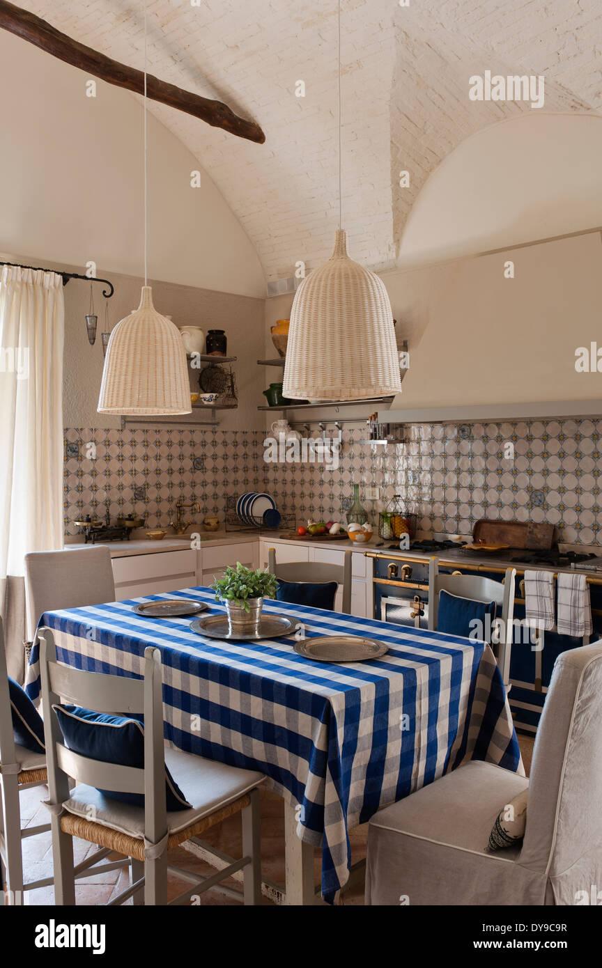 Rustikale Landhausküche mit dekorativen Fliesen, La Cornue ...