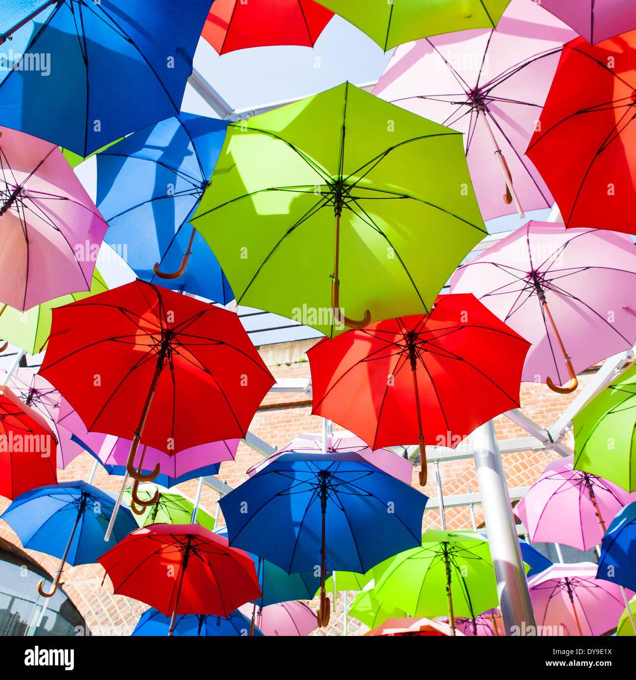 Schirme am Himmel Stockbild