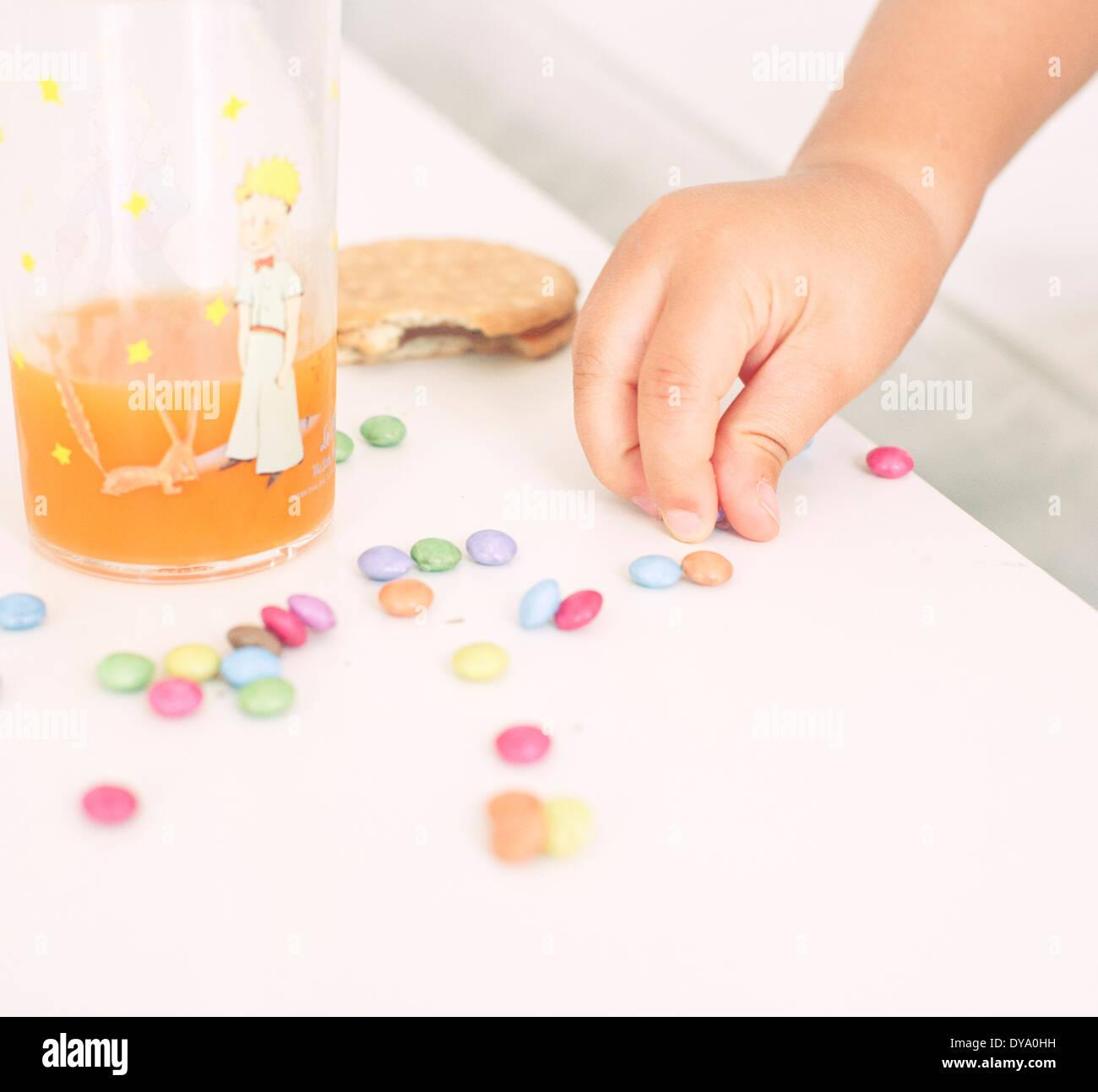 Kind abholen Süßigkeiten aus Tabelle Stockbild