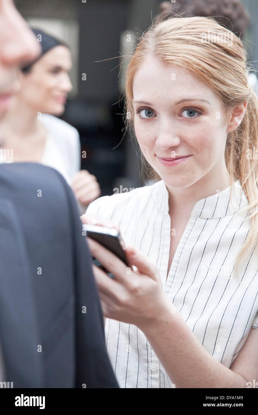 Busimesswoman Überprüfung Smartphone unterwegs Stockbild
