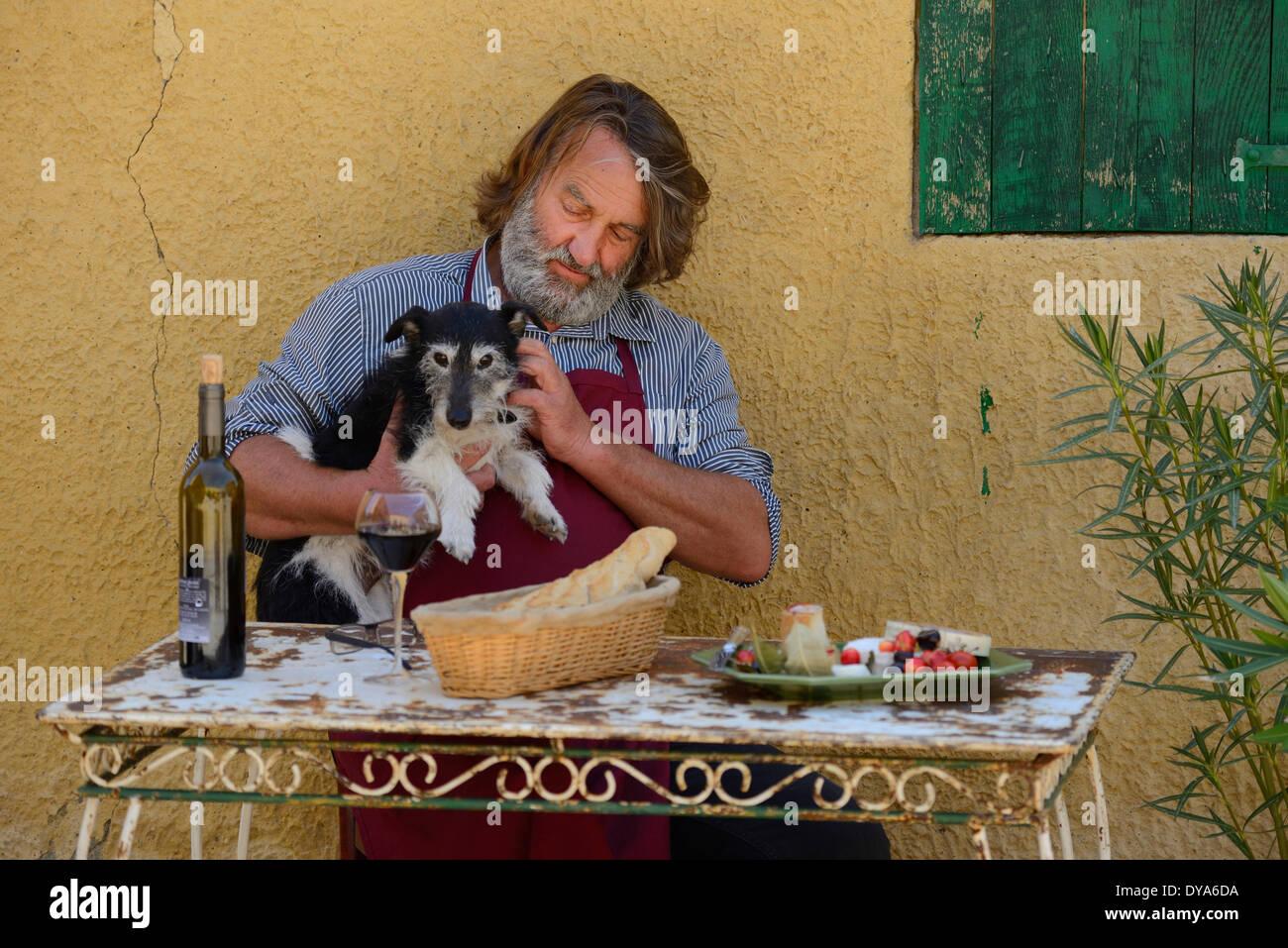 Europa, Frankreich, Provence, Mann, sitzen, französische, Tisch, Wein, St. Saturnin Les Apt, Hund, Essen, Tisch, Stockbild