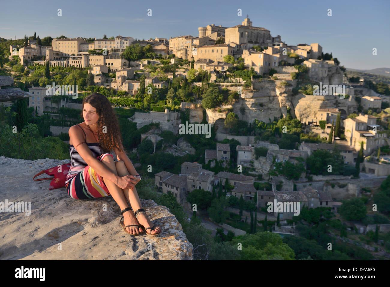 Europa, Frankreich, Provence, Vaucluse, Gordes, Stadt, sitzen, Felsen, Mädchen, Französisch, Frau, junge, Stockbild