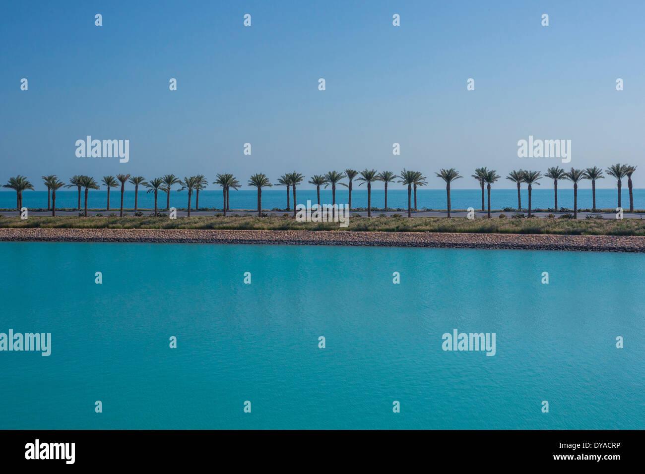 Doha, Katar, Nahost, Stadt, Horizont, Palmen, Straße, Meer, Tourismus, Reisen, Autobahn Stockbild