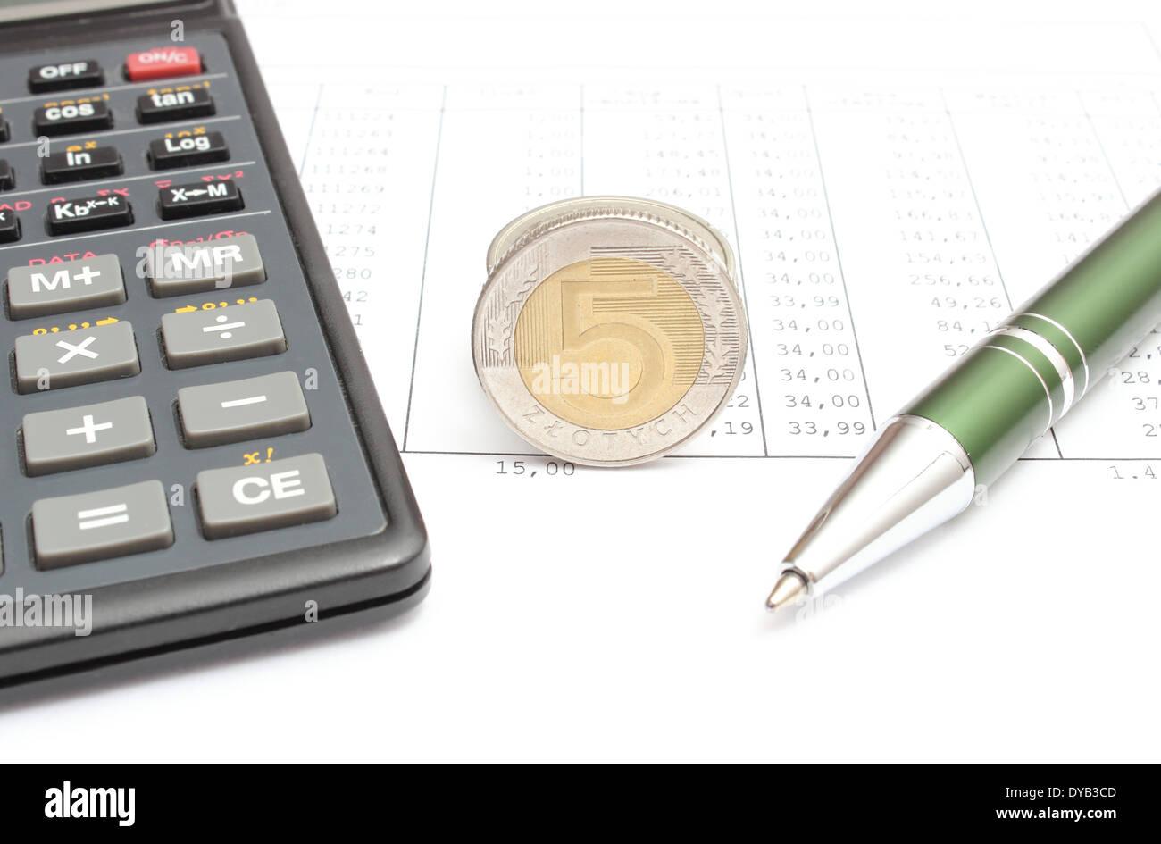 Nahaufnahme von Münzen, Stift und Taschenrechner auf Arbeitsblatt ...