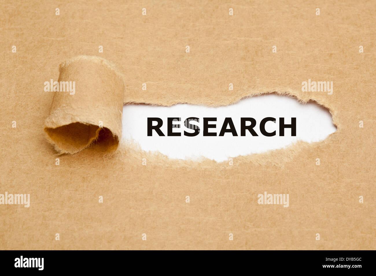 Das Wort Forschung erscheinen hinter braunes Papier zerrissen. Stockbild