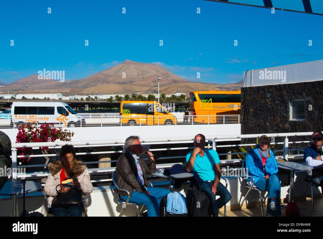 Menschen auf der Außenterrasse am Flughafen Arrecife, Lanzarote, Kanarische Inseln, Spanien, Europa Stockbild