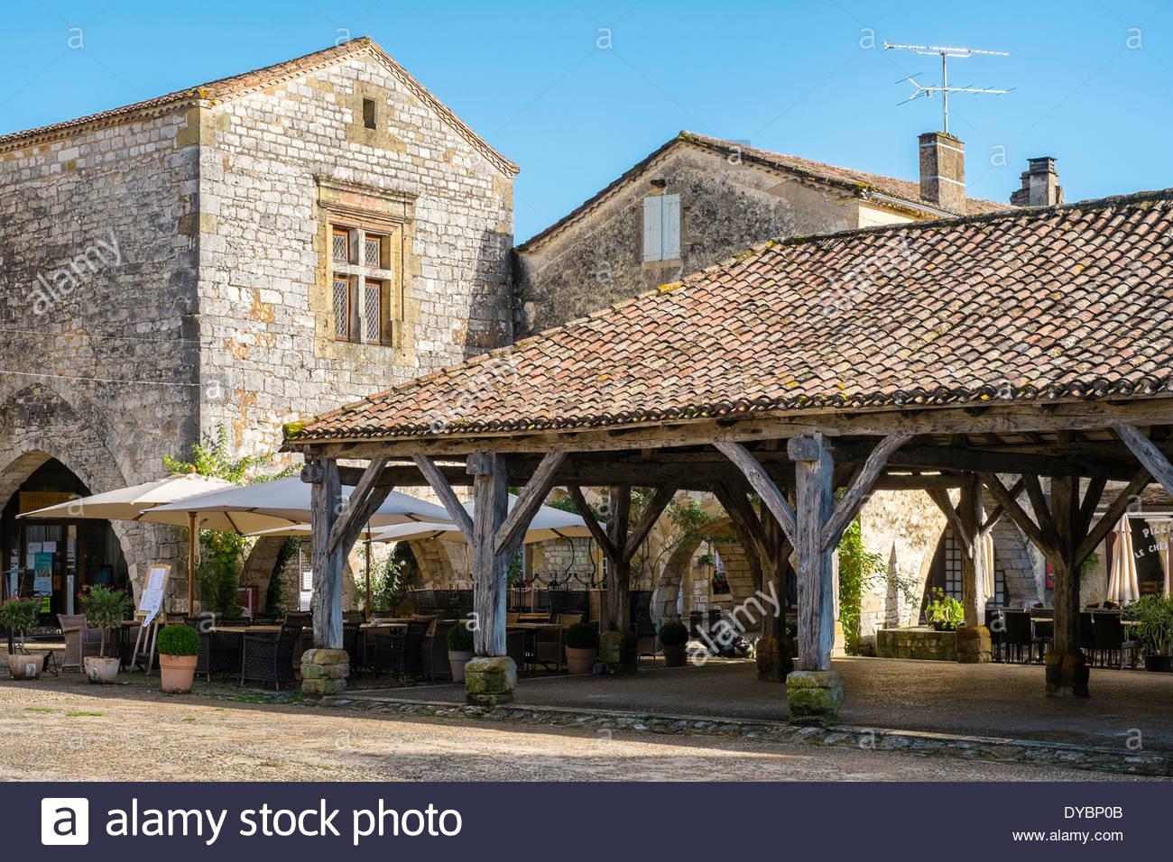 Überdachte Markthalle am Ort des Cornières, Monpazier, Departement Dordogne, Aquitaine, Frankreich Stockbild
