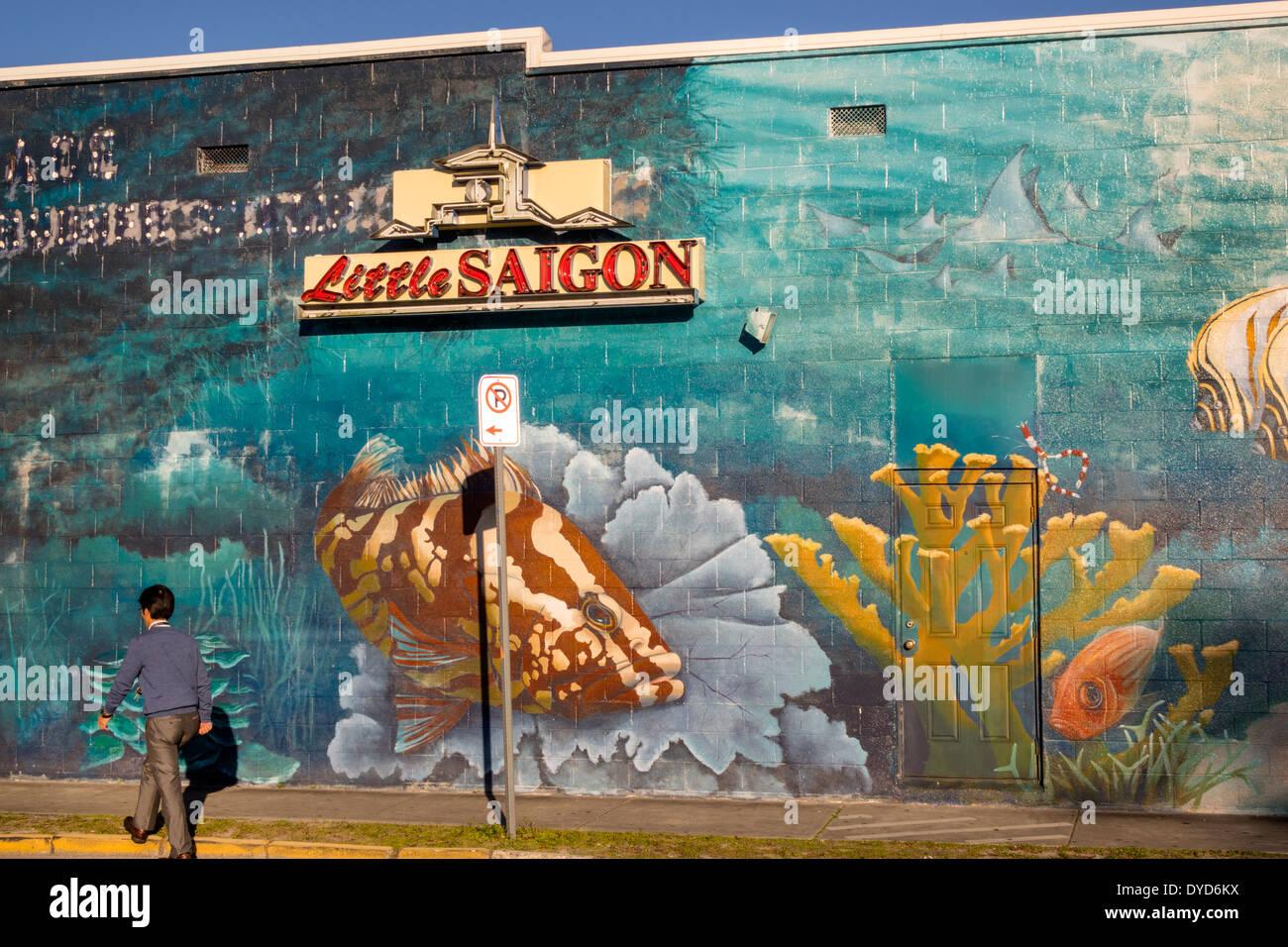 Orlando Florida Colonial Drive Little Saigon asiatische Mann Wandbild Zeichen Straßenbau Stockfoto