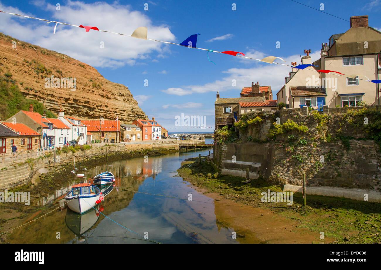 Die Hafen- und Touristenzentrum Angelgewässer der Staithes in Yorkshire. Stockbild