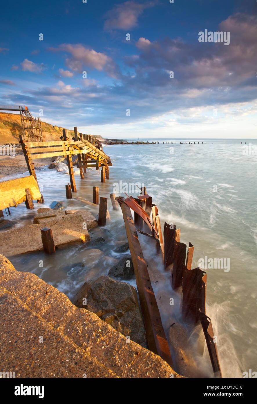 Happisburgh Strand und die verfallenen Küstenschutzes an der ersten Ampel an der Küste von Norfolk. Stockbild