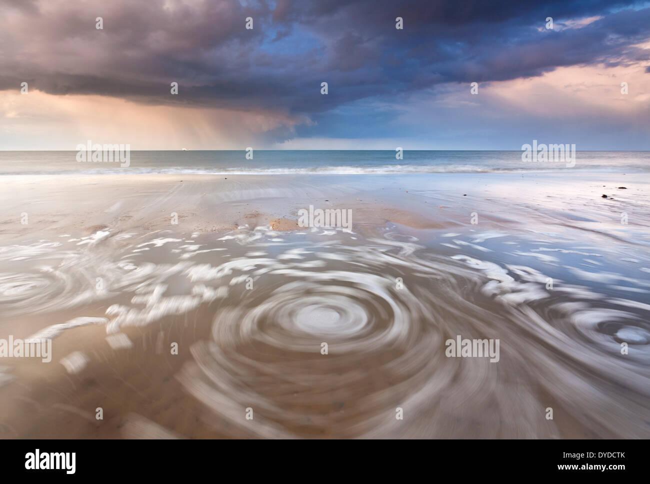 Ein Gewitter geht über Horsey Strand an der Küste von Norfolk. Stockbild