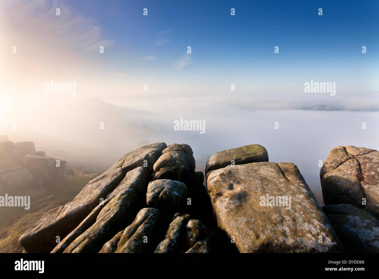 Ein nebliger herbstlichen Morgen am Curbar Rand mit Blick auf Baslow Rand. Stockbild