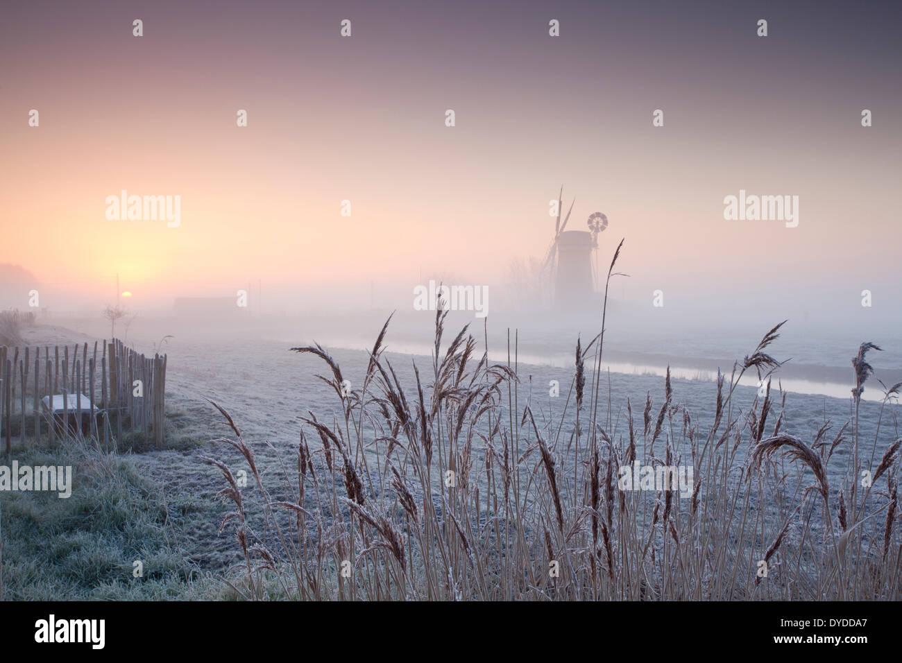 Horsey Drainage-Mühle bei Sonnenaufgang an einem Wintermorgen. Stockbild