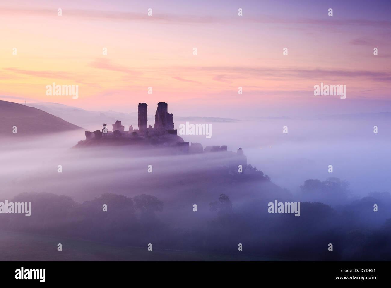 Corfe Castle in Dorset an einem nebligen Morgen. Stockbild