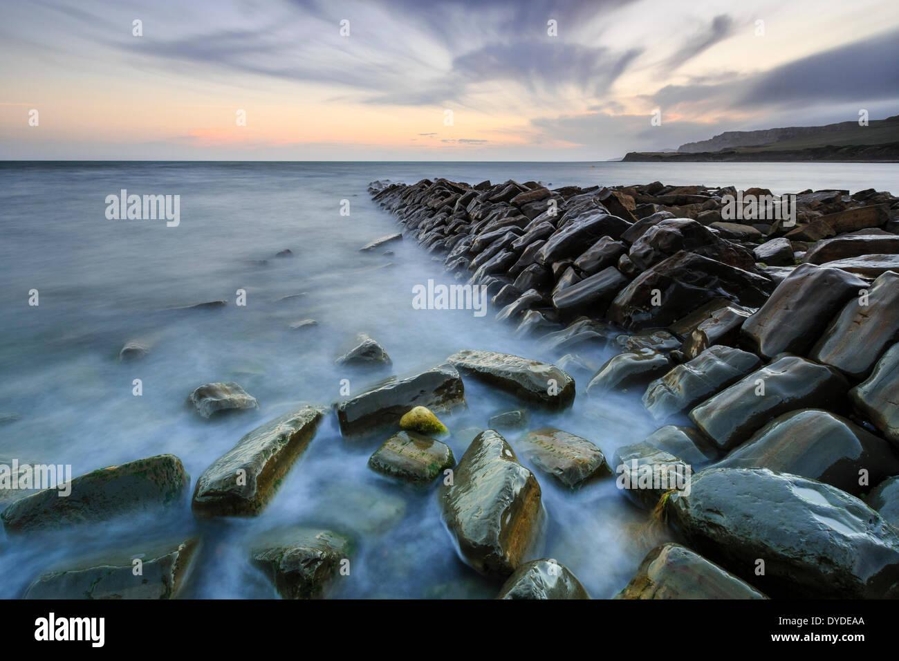 Sonnenuntergang im Kimmeridge Bay in Dorset. Stockbild