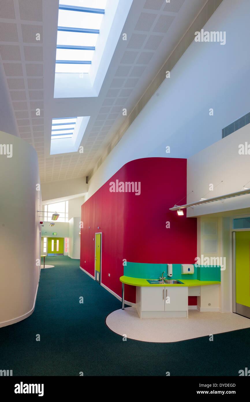 Farbenfrohe Grundschule leeren Korridore und Breakout-Raum. Stockbild