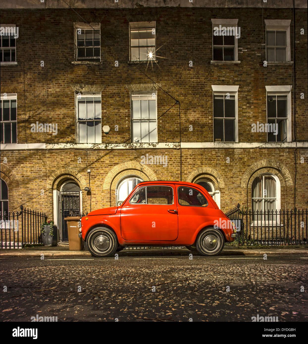 Ein original Fiat 500 auf einer Londoner Straße geparkt. Stockbild