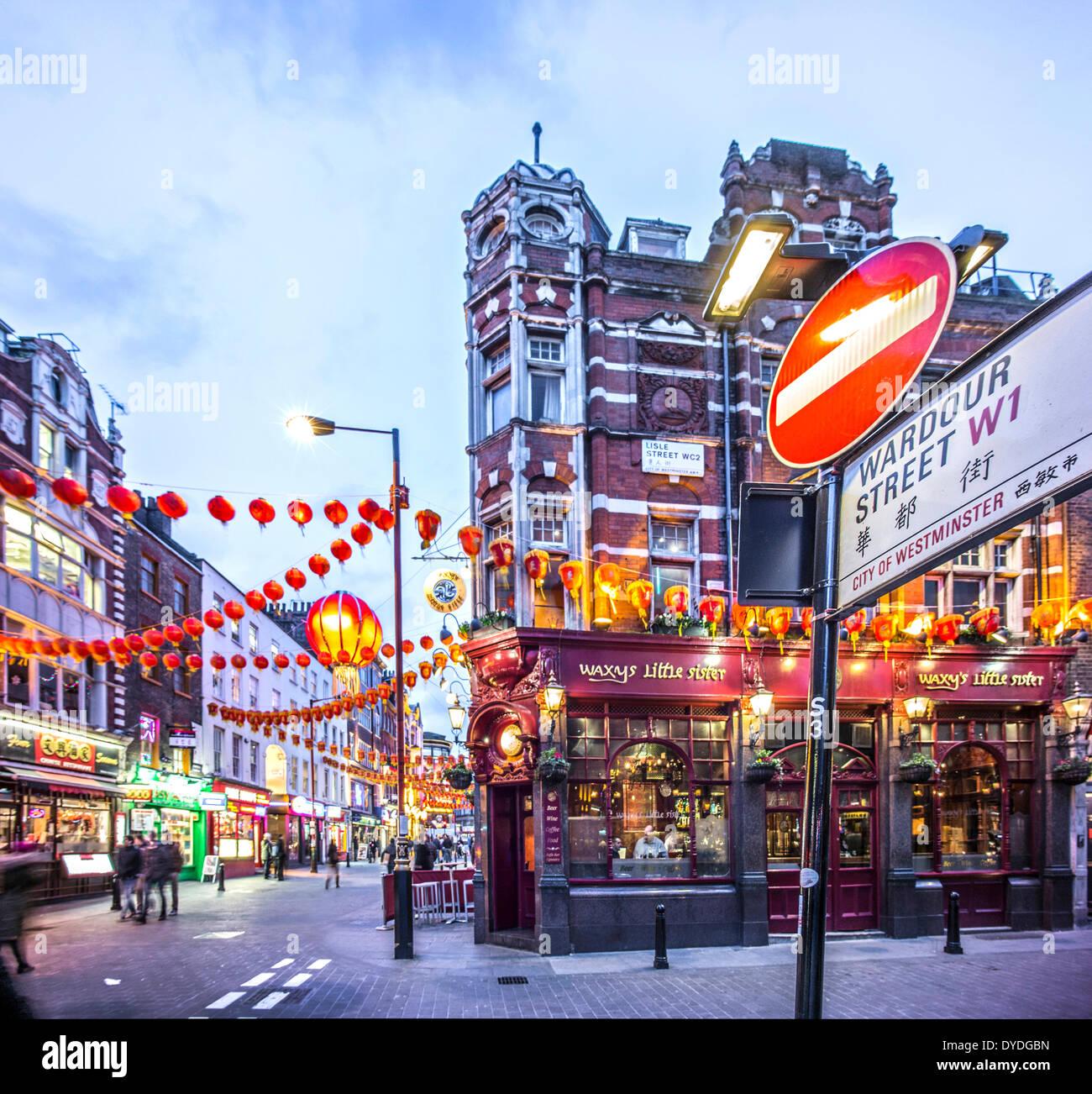 Wardour Street mit Dekorationen für das chinesische Neujahr. Stockbild