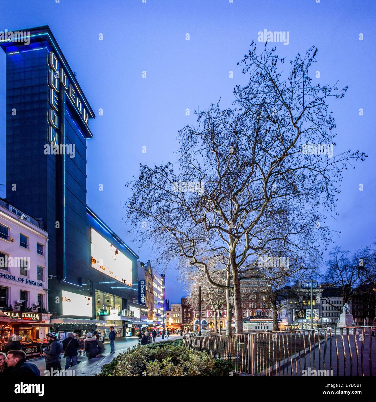 Das Odeon Leicester Square in der Abenddämmerung. Stockfoto