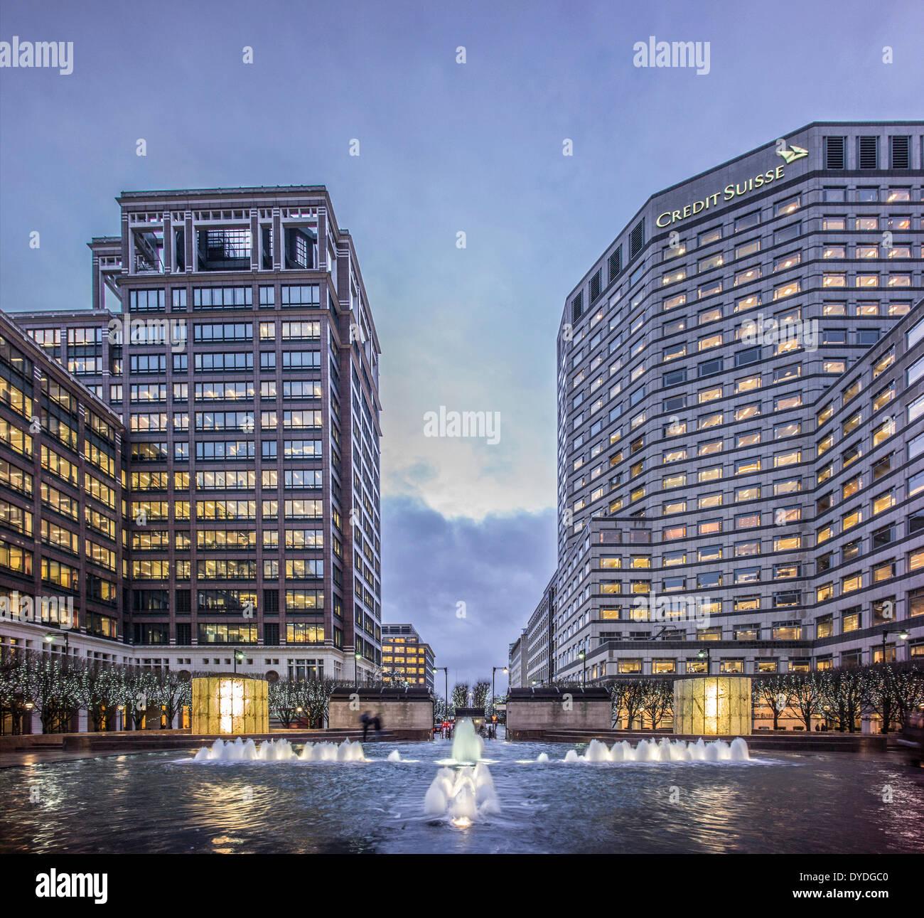 Canary Wharf im Winter in der Abenddämmerung. Stockbild