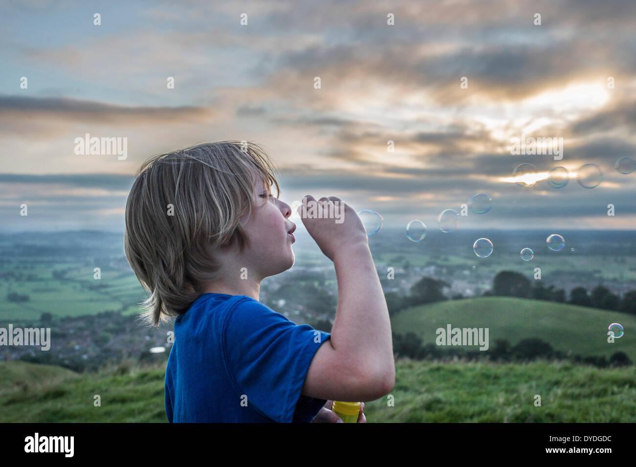 Ein Junge Seifenblasen auf Glastonbury Tor. Stockbild