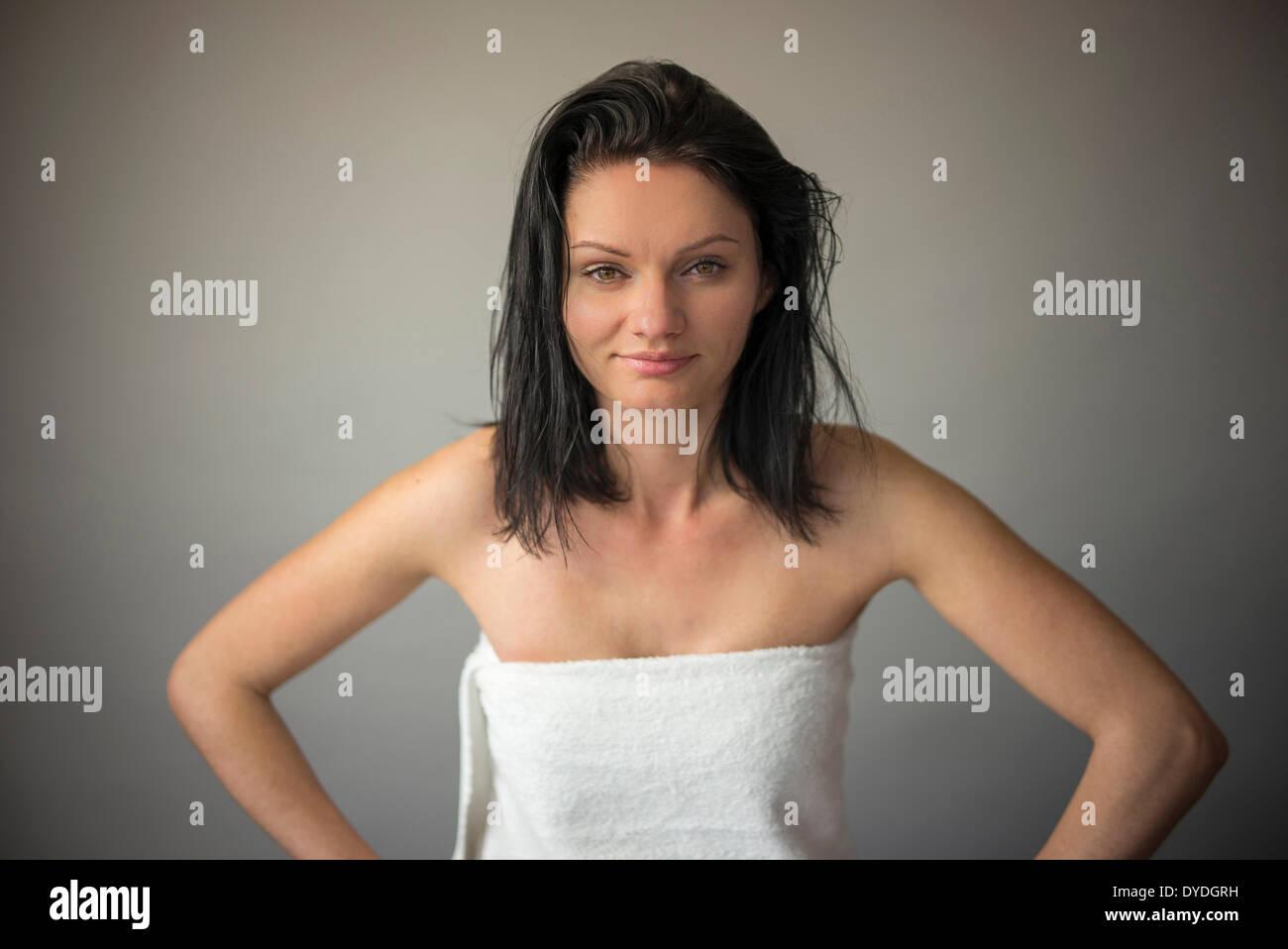 Eine junge Frau trägt ein Handtuch. Stockbild