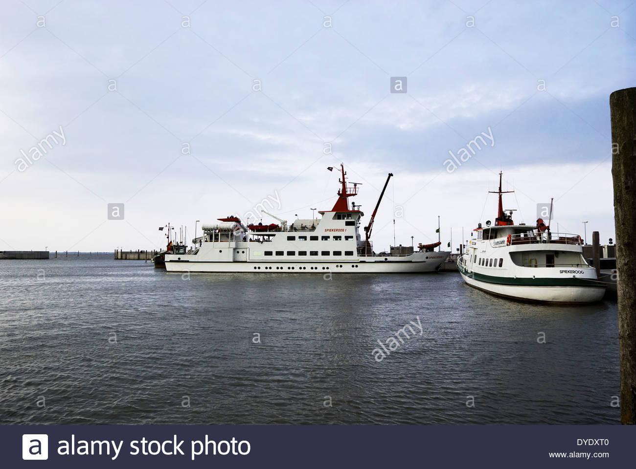 Fähren für die Insel der Insel Spiekeroog Ostfriesland gebunden sind Neuharlingersiel, Niedersachsen, Stockbild