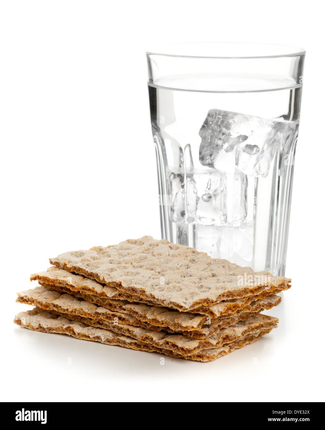 Gestapelte Scheiben Weizen Knackebrot Mit Glas Wasser Uber Weissem