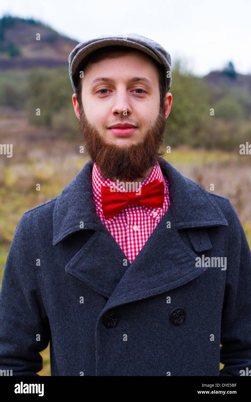 Trendige Hipster Kerl im Freien im Winter in einem Mode-Porträt von gut aussehender Mann. Stockbild