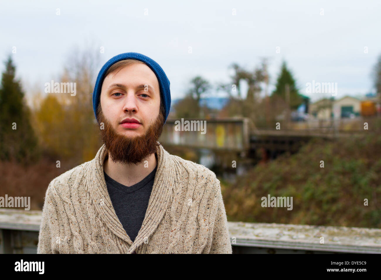 Hipster-Kerl, der moderne Herrenmode in diesem trendigen Porträt zeigt. Stockfoto