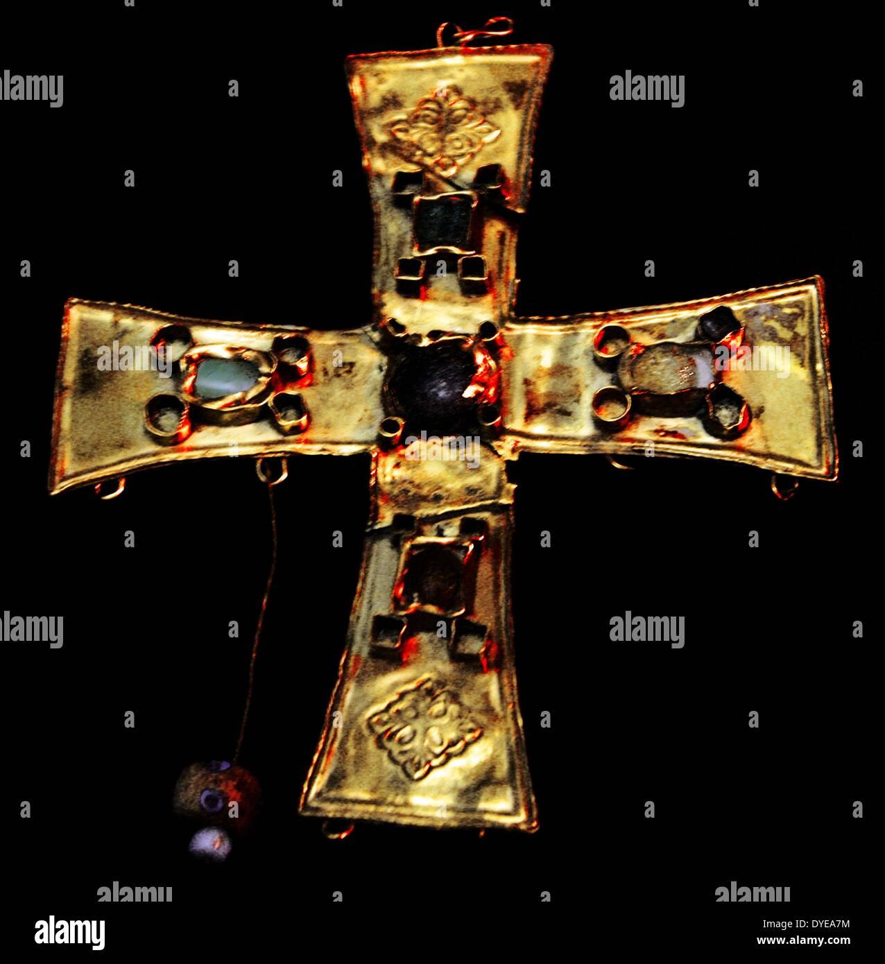 Goldkreuz mit Glasperlen und feinen Steinen. Barcelona Stockbild