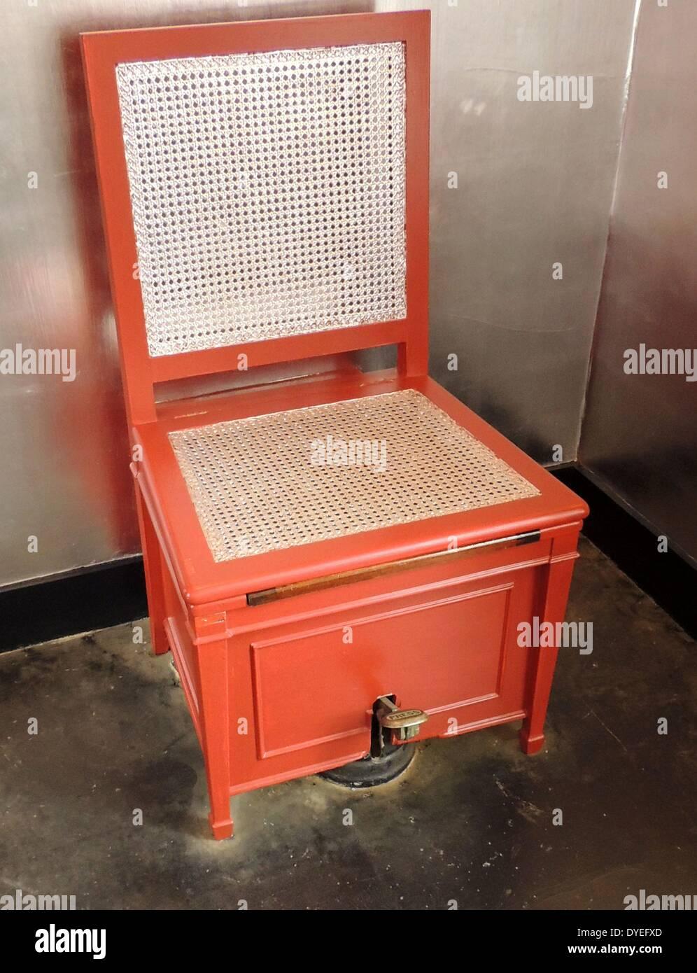 rot lackierte toilette im art-déco-badezimmer 2013 a.d stockfoto, Badezimmer ideen
