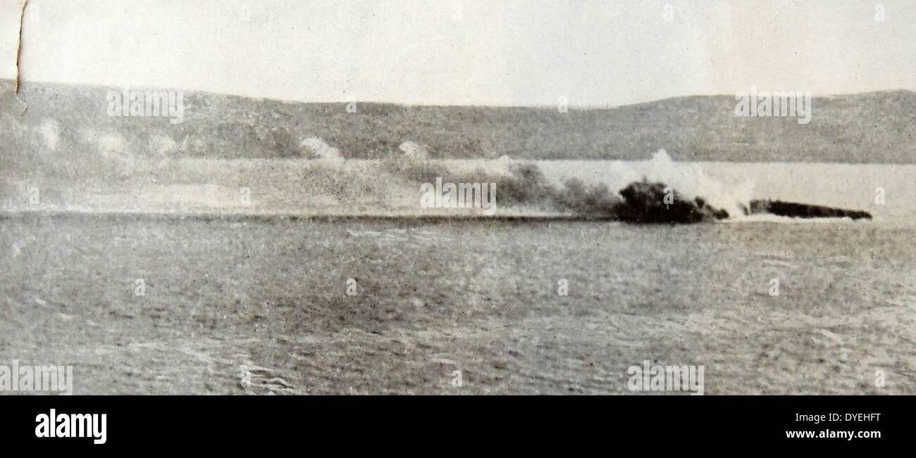 """Das französische Schlachtschiff """"Bouvet"""" Untergang in der Nähe von Gallipoli Stockbild"""